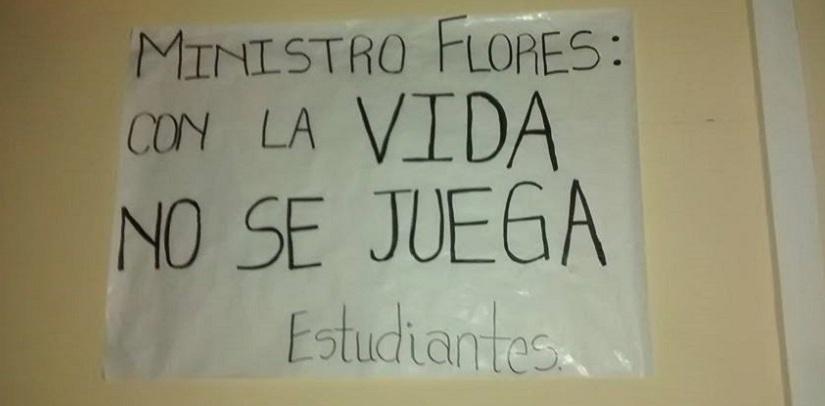 Alumnos del Profesorado no ingresan a edificio y esperan reunión conVaras